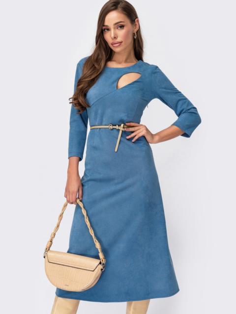 Замшевое платье с вырезом и юбкой-трапецией голубое 55400, фото 1