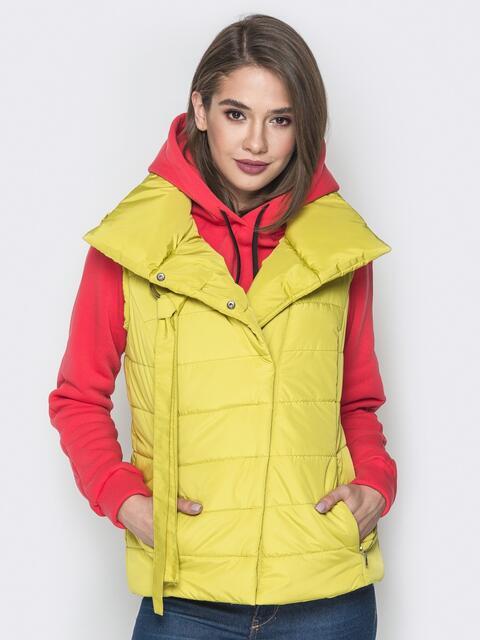 Жёлтый жилет с объёмным воротником и карманами - 20057, фото 1 – интернет-магазин Dressa
