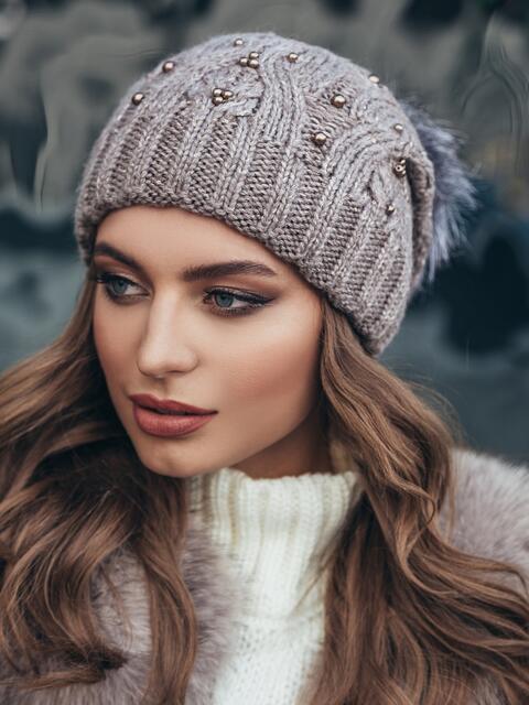 Темно-бежевая вязаная шапка с бусинами и бубоном - 15477, фото 3 – интернет-магазин Dressa