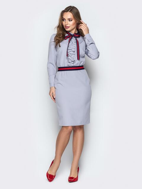 Серое платье приталенного кроя с контрастной лентой - 20435, фото 1 – интернет-магазин Dressa