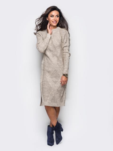 Вязаное платье бежевого цвета со съемной брошью - 24844, фото 1 – интернет-магазин Dressa