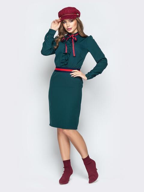 Зелёное платье приталенного кроя с контрастной лентой - 20437, фото 1 – интернет-магазин Dressa
