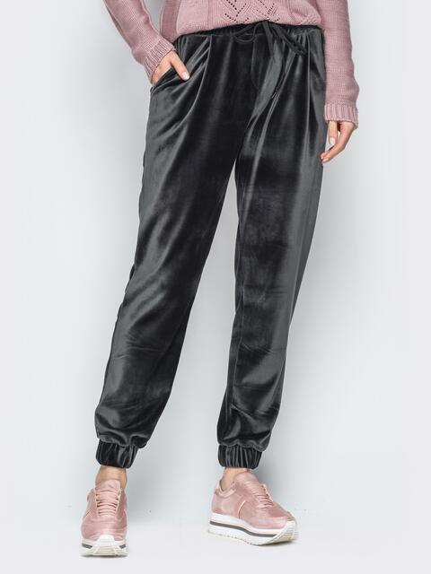 Серые велюровые брюки с резинкой на талии и манжетах - 18871, фото 1 – интернет-магазин Dressa