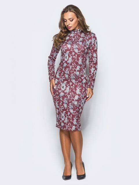 Облегающее платье из софта с цветочным принтом бордовое - 16401, фото 1 – интернет-магазин Dressa