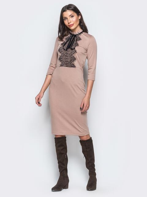Трикотажное платье пудрового цвета с кружевом на полочке - 17629, фото 1 – интернет-магазин Dressa