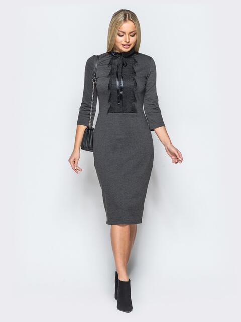 Трикотажное платье серого цвета с кружевом на полочке - 17631, фото 1 – интернет-магазин Dressa