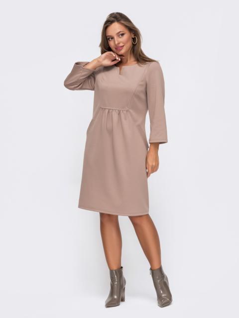 Бежевое платье прямого кроя с модельной кокеткой 50822, фото 1