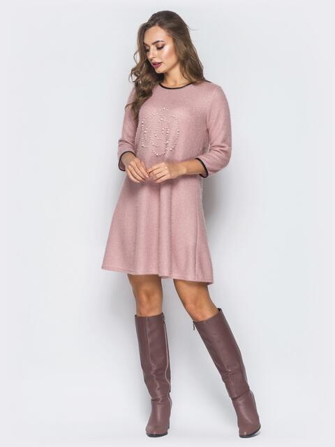 Трикотажное платье с декором из жемчужин розовое - 19043, фото 1 – интернет-магазин Dressa