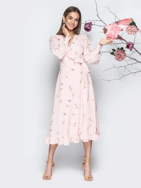 Пудровое платье-халат с принтом с оборкой по вырезу - 21118, фото 1 – интернет-магазин Dressa