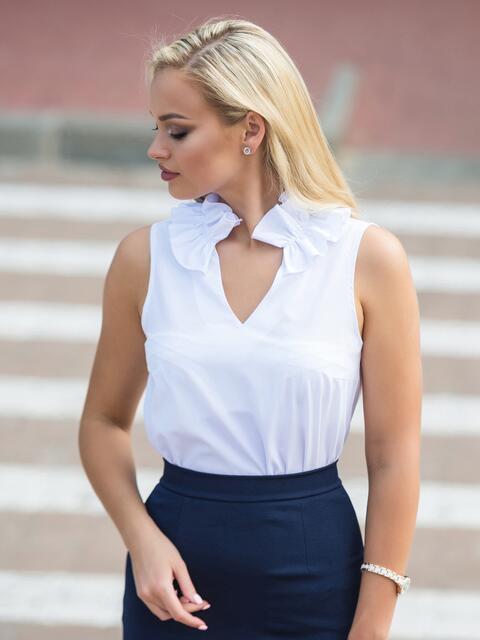 Белая блузка с v-образным вырезом и оборкой на воротнике - 14310, фото 2 – интернет-магазин Dressa