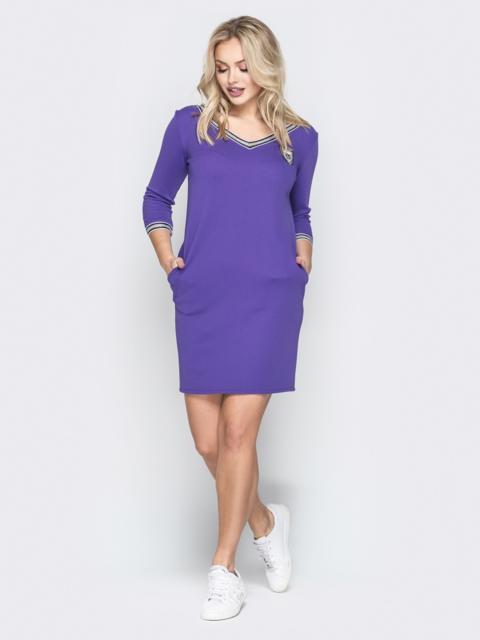 Фиолетовое платье с широким V-вырезом и эмблемой - 19920, фото 1 – интернет-магазин Dressa