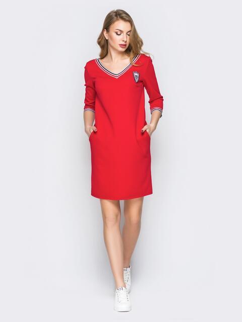 Красное платье с широким V-вырезом и эмблемой - 19921, фото 1 – интернет-магазин Dressa