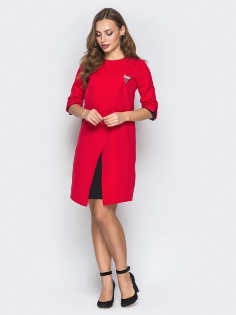 Красное платье-трапеция с контрастными вставками и брошью - 19898, фото 1 – интернет-магазин Dressa