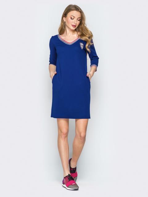 Синее платье с широким V-вырезом и эмблемой - 19919, фото 1 – интернет-магазин Dressa