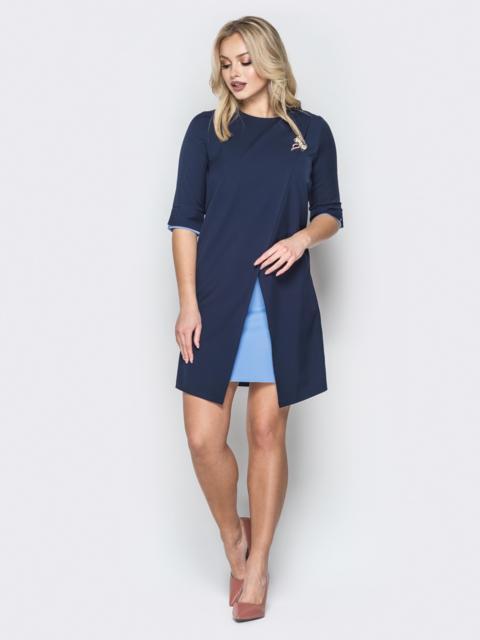 Синее платье-трапеция с контрастными вставками и брошью - 19897, фото 1 – интернет-магазин Dressa