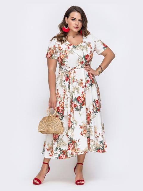 Белое платье батал с цветочным принтом и расклешенной юбкой - 49700, фото 1 – интернет-магазин Dressa