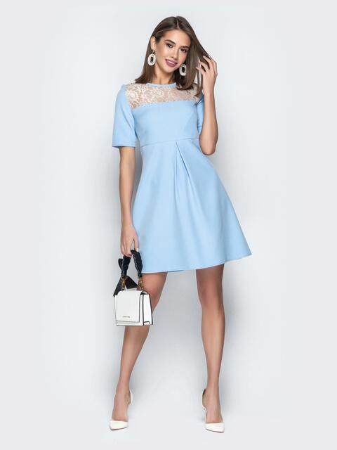 Голубое платье с завышенной талией и кокеткой из гипюра - 20987, фото 1 – интернет-магазин Dressa