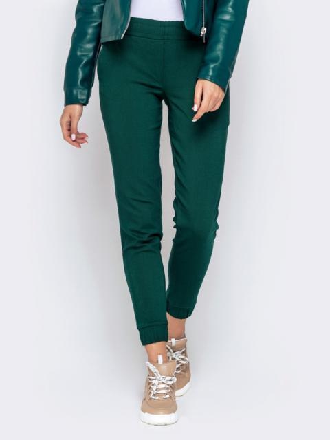 Укороченные брюки-джоггеры зеленого цвета - 40557, фото 1 – интернет-магазин Dressa