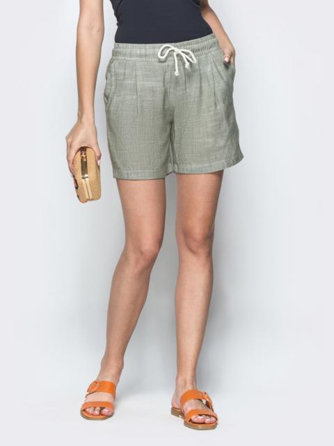 Зеленые шорты из льна с резинкой по талии - 39414, фото 1 – интернет-магазин Dressa