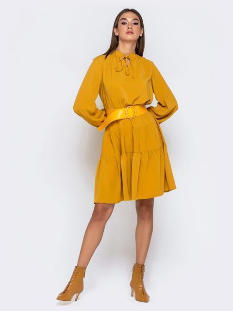 Горчичное платье с воротником-аскот и многоярусной юбкой - 41008, фото 1 – интернет-магазин Dressa