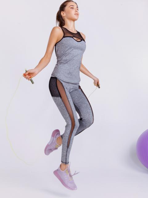 Комплект для фитнеса серого цвета из топа и лосин - 44711, фото 1 – интернет-магазин Dressa
