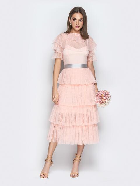 Пудровое платье с многоярусной юбкой и контрастным поясом - 21280, фото 1 – интернет-магазин Dressa