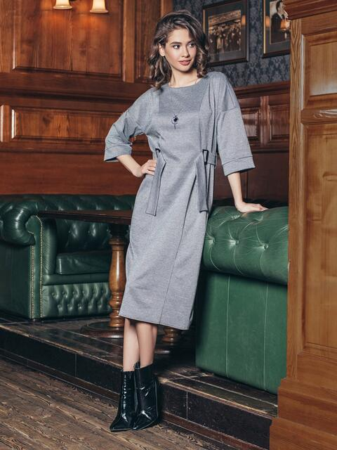 Трикотажное платье серого цвета с пряжками на поясе - 18751, фото 1 – интернет-магазин Dressa