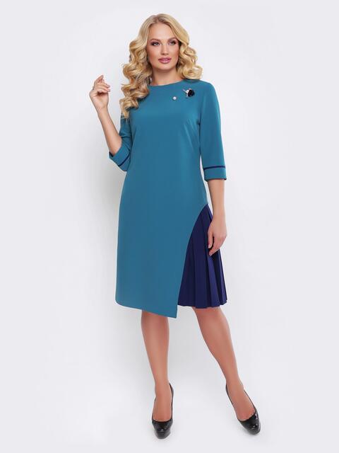 Голубое платье с ассиметричной юбкой и брошью - 19534, фото 1 – интернет-магазин Dressa