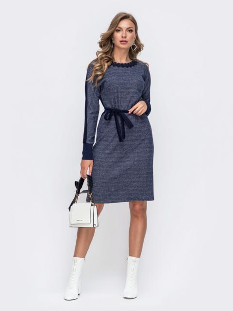 Тёмно-синее приталенное платье с принтом и кружевом по вырезу  50335, фото 1