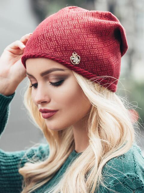 Бордовая шапка гладкой вязки с напылением - 15431, фото 1 – интернет-магазин Dressa