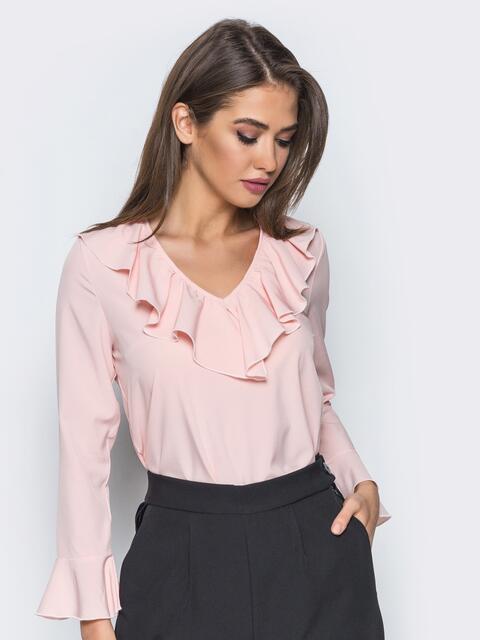 Пудровая блузка с оборкой по горловине и рукавах - 13244, фото 1 – интернет-магазин Dressa