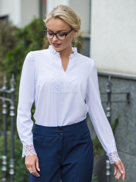 a99ede81f9f Белая блузка с кружевом на полочке и манжетами из гипюра 14291 ...