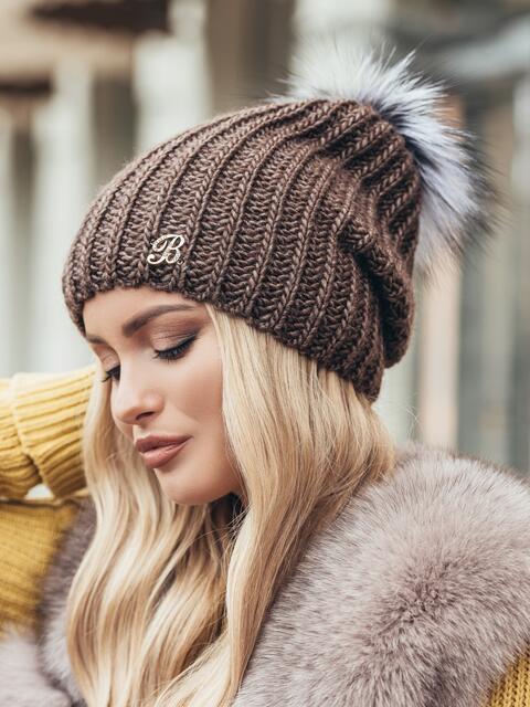 Коричневая шапка «резинка» с бубоном - 15329, фото 2 – интернет-магазин Dressa