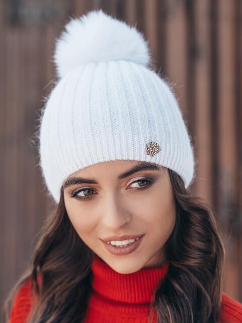 Белая шапка с натуральным помпоном - 14990, фото 1 – интернет-магазин Dressa