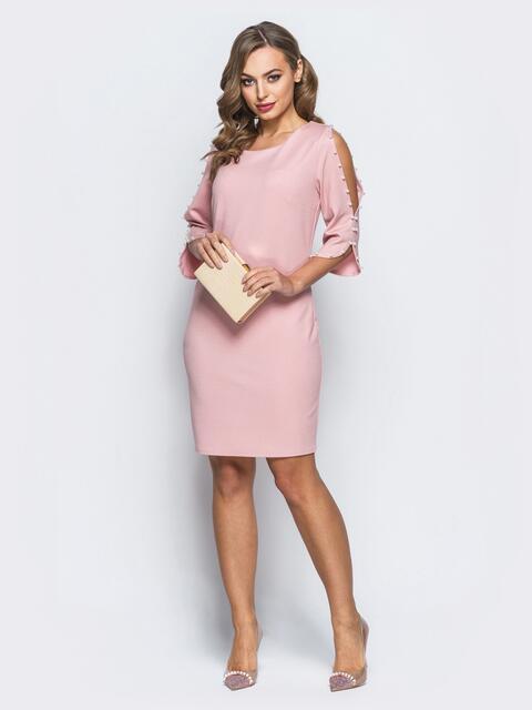 Платье с вырезами на рукавах и жемчужинами розовое - 18115, фото 1 – интернет-магазин Dressa
