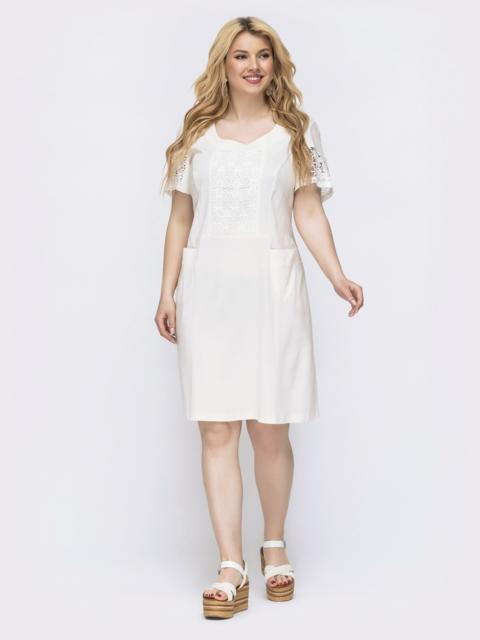 Приталенное платье батал с ажурными вставками молочное 46144, фото 1