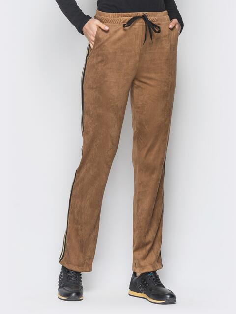 Бежевые замшевые брюки с цветными лампасами - 18872, фото 1 – интернет-магазин Dressa