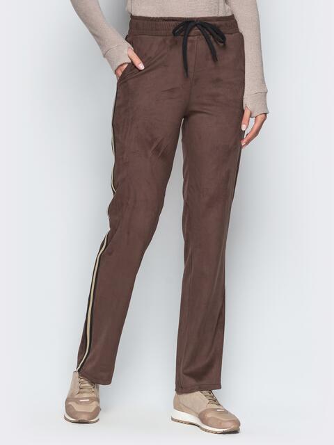 Коричневые замшевые брюки с цветными лампасами - 18873, фото 1 – интернет-магазин Dressa