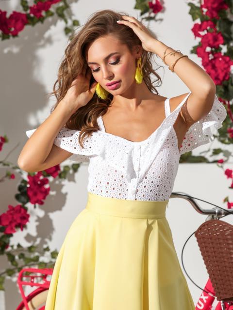 Белый топ из прошвы с открытыми плечами - 39063, фото 1 – интернет-магазин Dressa