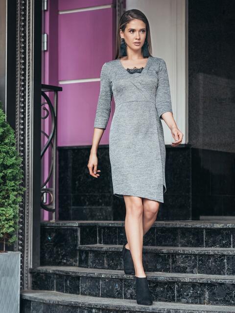 Платье серого цвета с ложным запахом и кружевом на полочке - 17108, фото 1 – интернет-магазин Dressa