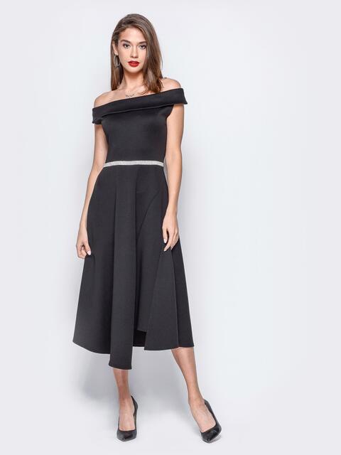Платье черного цвета с открытыми плечами и фурнитурой а поясе - 17929, фото 1 – интернет-магазин Dressa