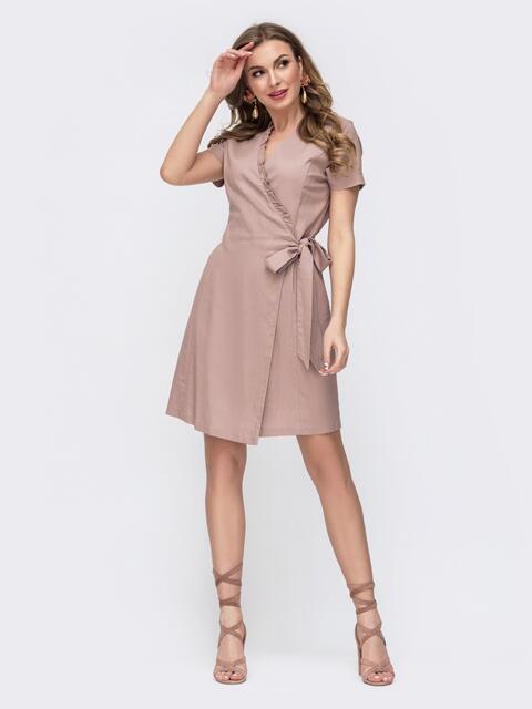 Льняное платье на запах с рюшей по вырезу бежевое - 46689, фото 1 – интернет-магазин Dressa