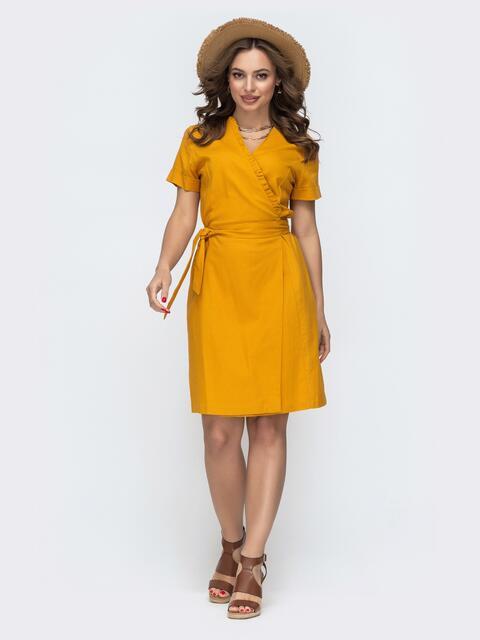 Льняное платье на запах с рюшей по вырезу желтое - 46690, фото 1 – интернет-магазин Dressa