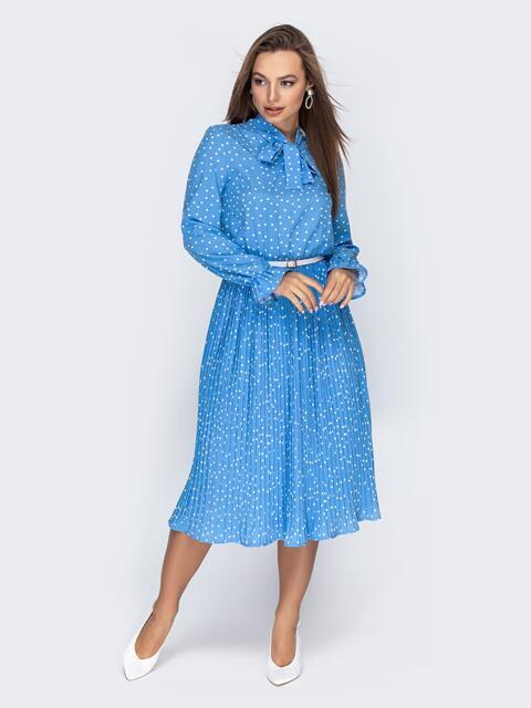 Голубое платье в горох с воротником-аскот и юбкой-плиссе - 44829, фото 1 – интернет-магазин Dressa