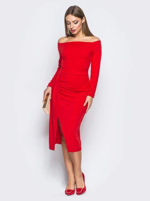 Платье красного цвета из креп-дайвинга с открытыми плечами - 18166, фото 1 – интернет-магазин Dressa