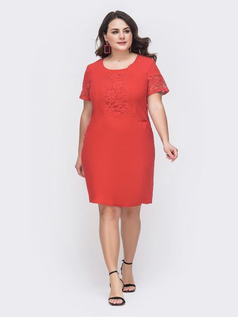 Приталенное платье батал с ажурными вставками красное 46414, фото 1