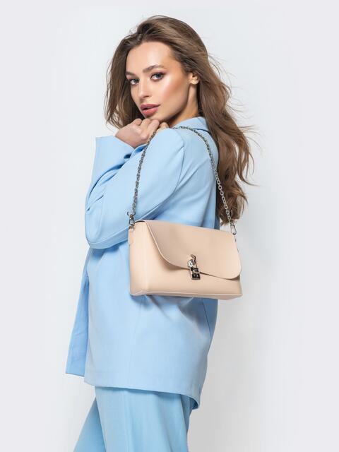 Бежевая сумка-багет из эко-кожи на длинной цепочке - 21467, фото 1 – интернет-магазин Dressa
