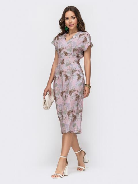 Приталенное платье с принтом и V-вырезом пудровое - 49323, фото 1 – интернет-магазин Dressa