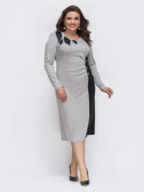 Серое платье с контрастными вставками на полочке - 43235, фото 1 – интернет-магазин Dressa
