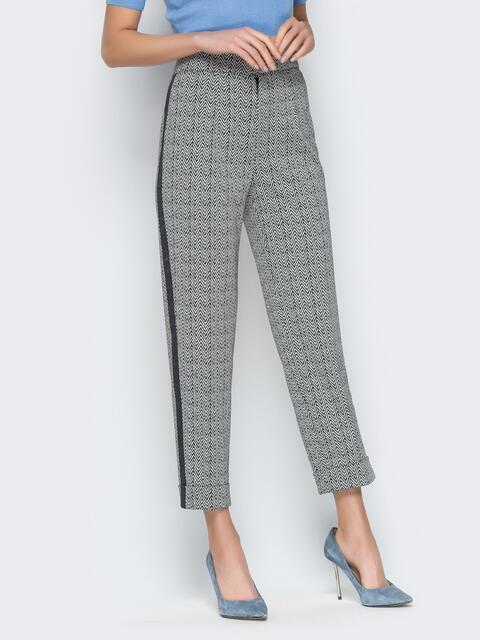 Серые брюки с завышенной посадкой и лампасами - 20150, фото 1 – интернет-магазин Dressa
